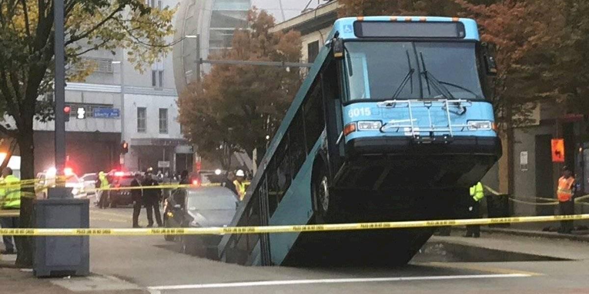 Un autobús se hunde al abrirse la calle en Pittsburgh