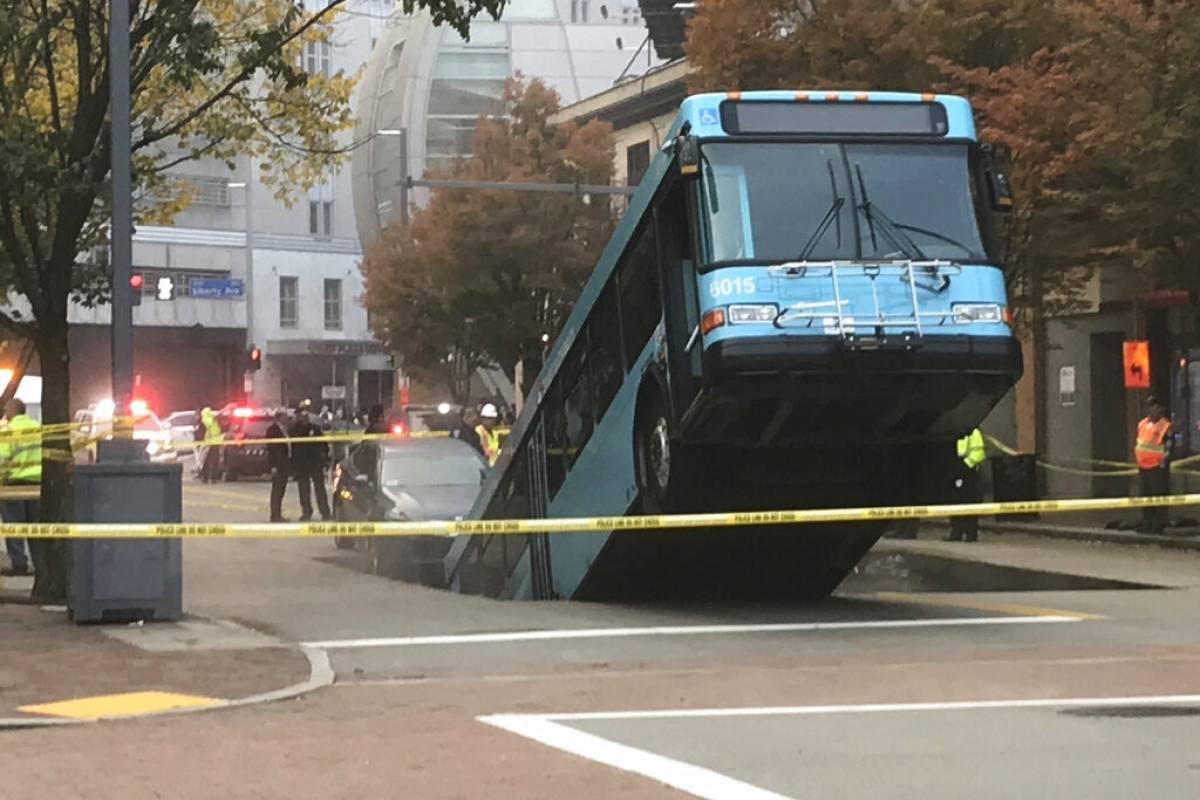 Autobús se hunde en calles del centro de Pittbsurgh, Pensilvania - Publimetro Chile