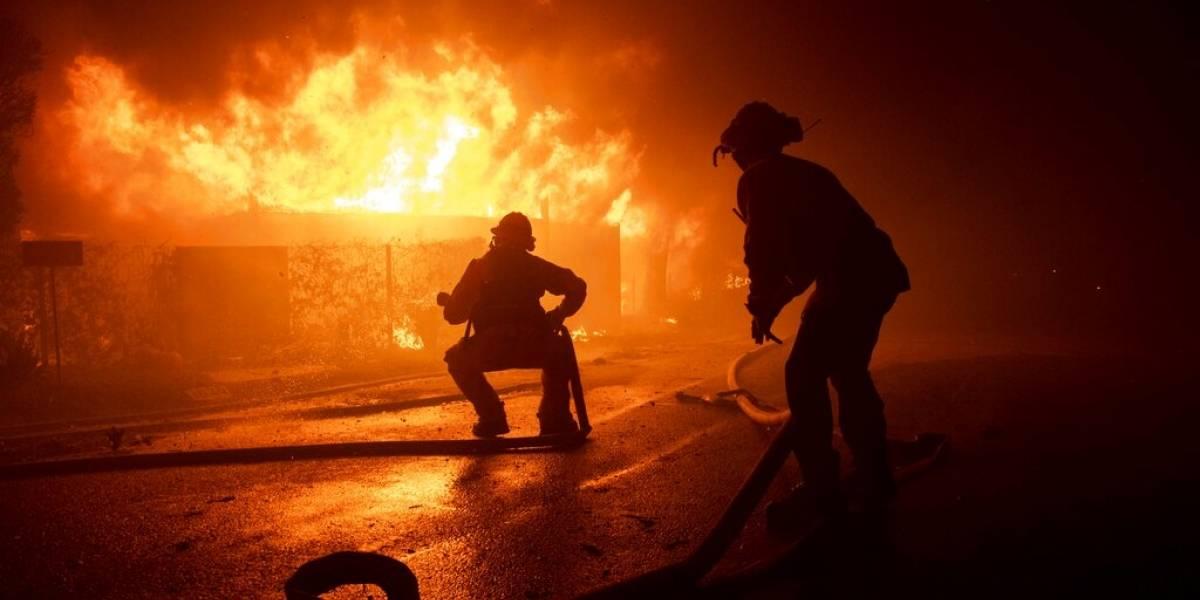 Bomberos batallan contra incendios en el norte de California