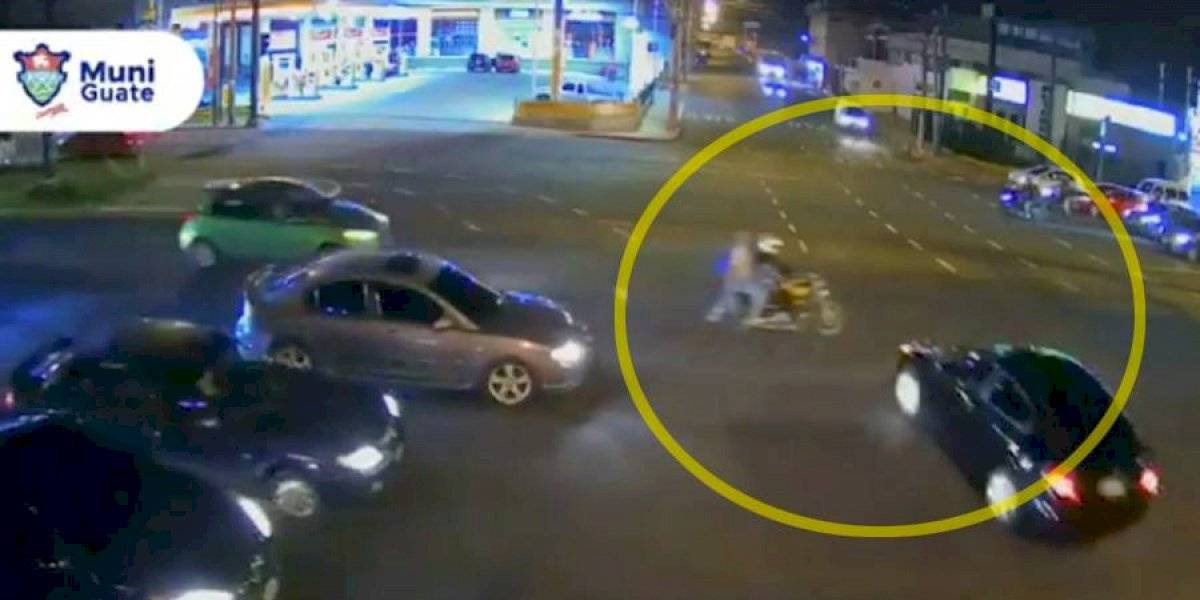 VIDEO. Conductor no respeta semáforo y atropella a motociclista