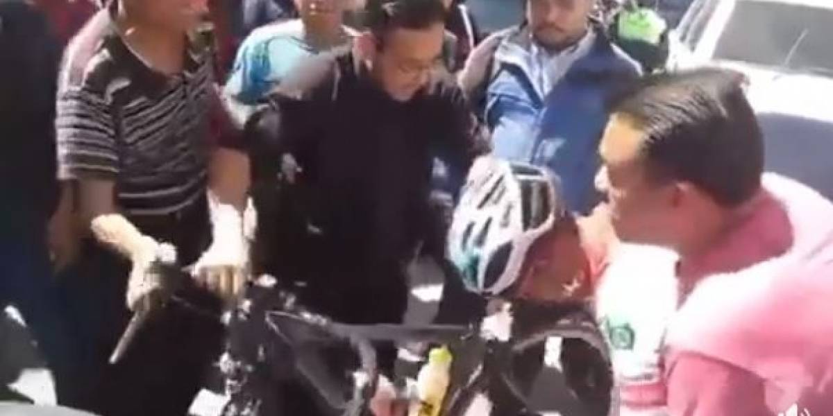 VIDEO. Motorista atropella a ciclista en la Vuelta y termina agredido