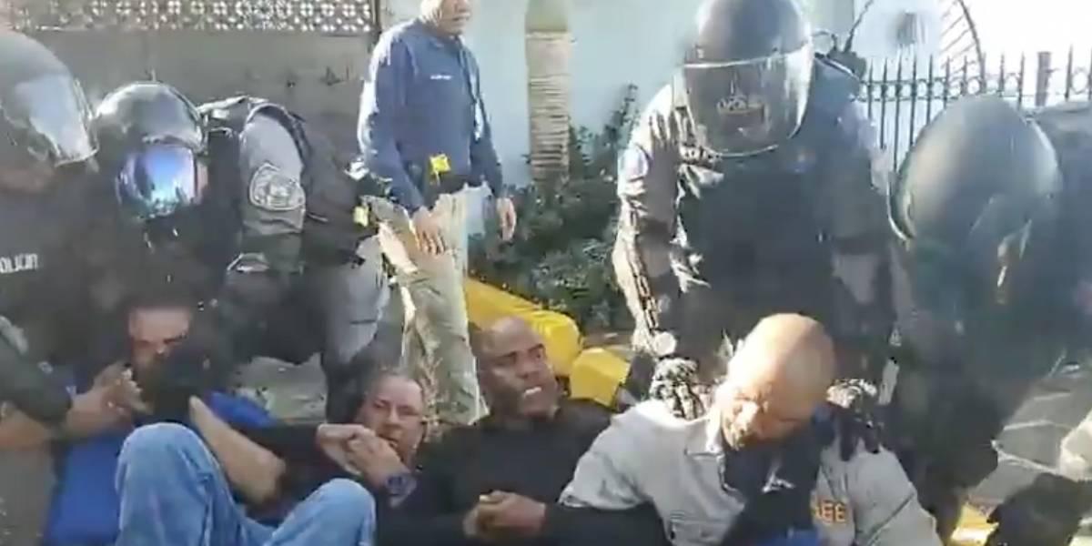 Policía saca a la fuerza a celadores AEE frente a La Fortaleza