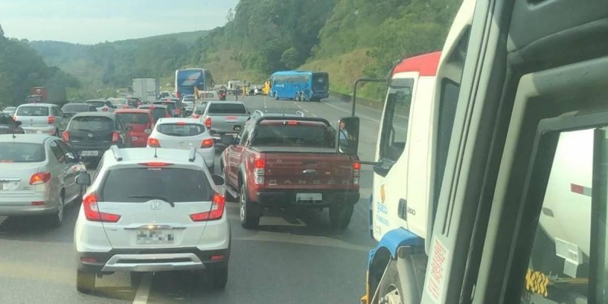 Acidente trava rodovia dos Bandeirantes e tem pouso de helicóptero Águia para socorrer vítima