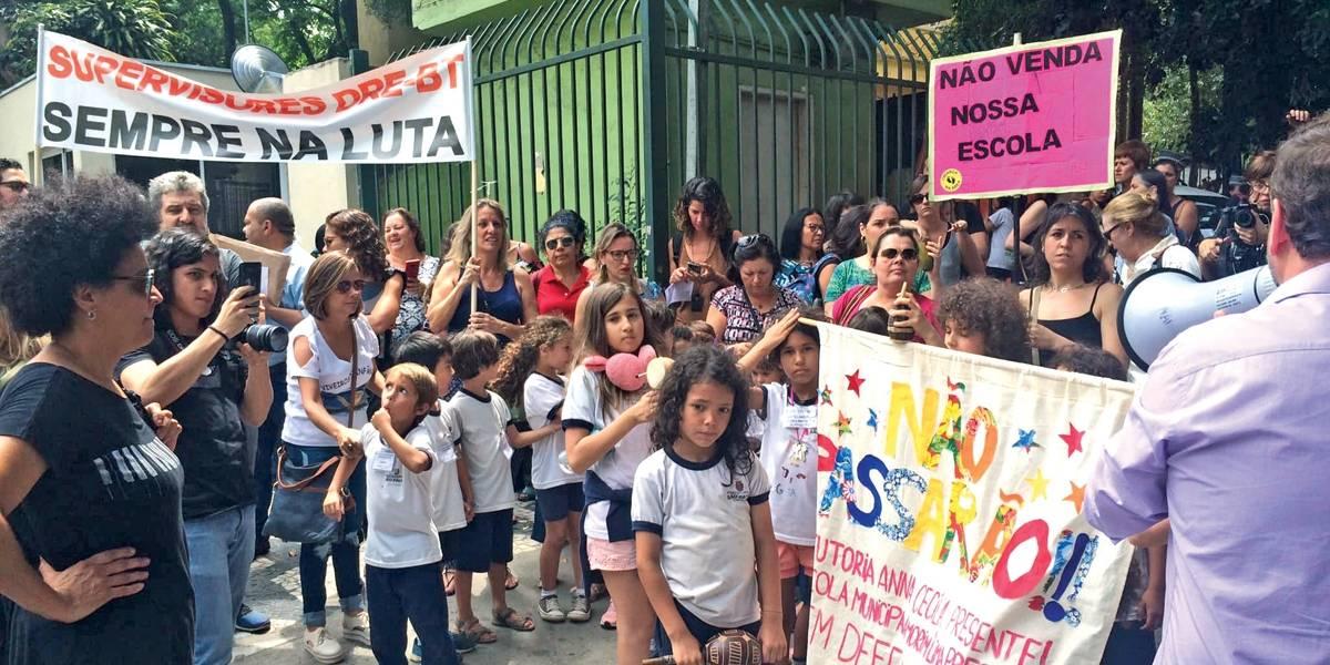 Alunos protestam contra venda de terrenos em São Paulo