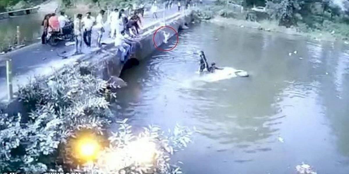 Vídeo viral mostra momento em que bebê é arremessando contra uma ponte depois de sofrer acidente e cair em um lago