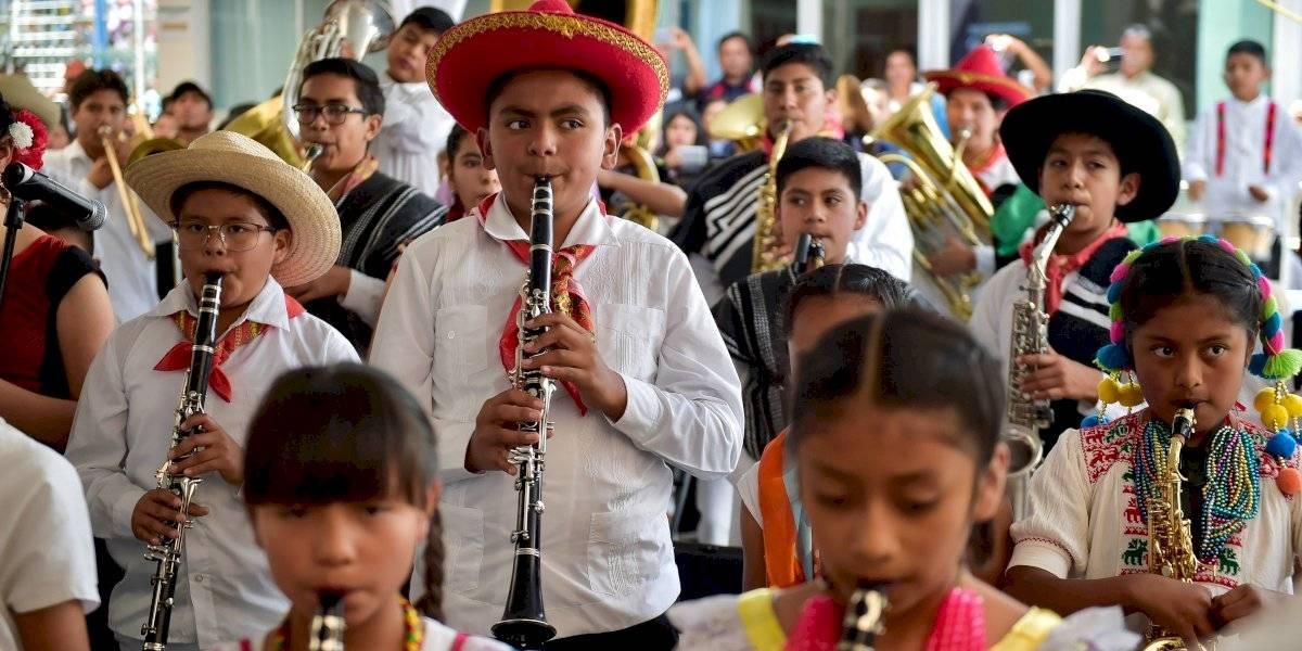 Anuncia AMLO nueva subasta; promete instrumentos musicales a niños de Oaxaca