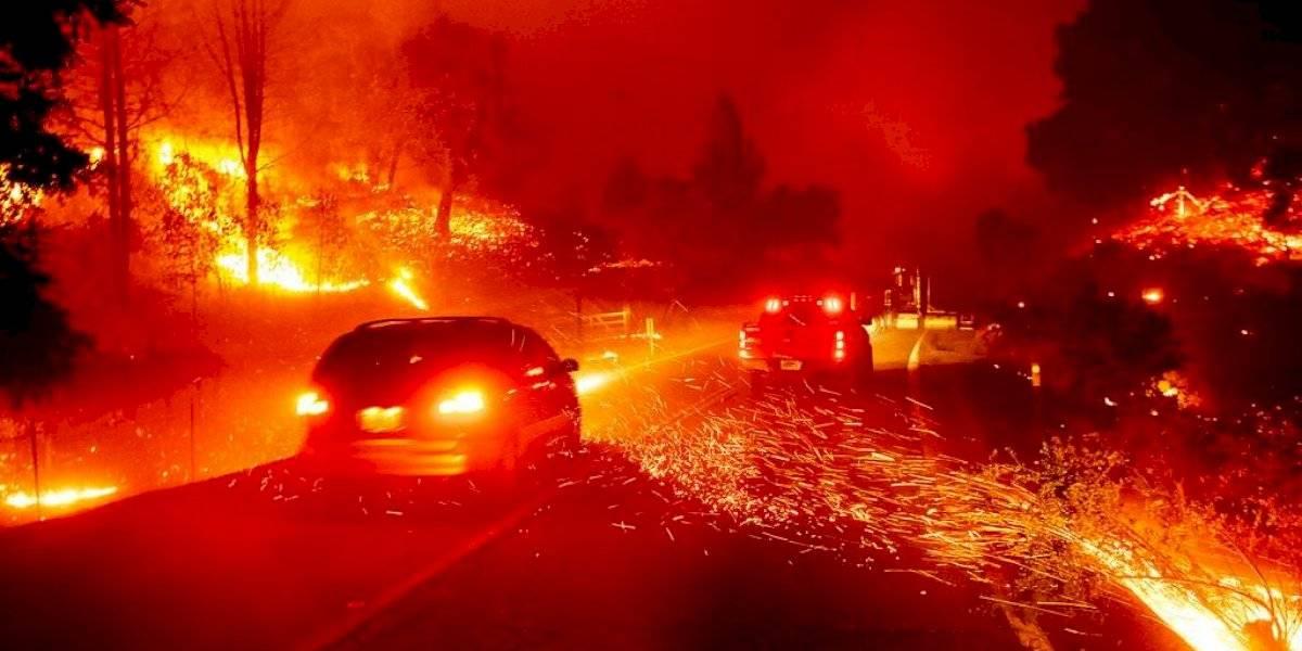 Residentes y famosos escapan de fuegos en California