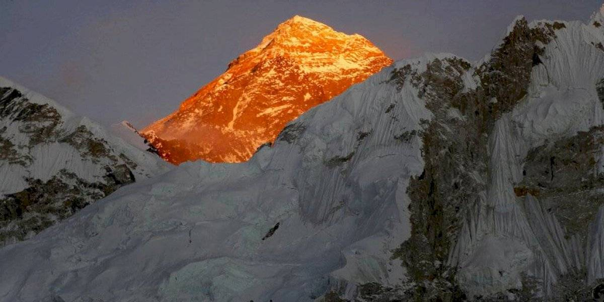 Nepalí bate récord al subir 14 cumbres más altas del mundo