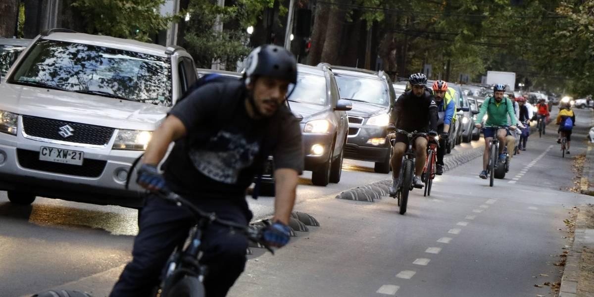 """Ante la crisis, se pedalea: calles de Santiago viven """"invasión"""" de ciclistas ante problemas en el transporte"""