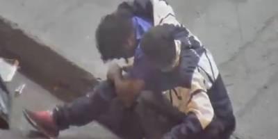 Detienen a sujeto que inyectaba a persona en la calle en Guayaquil