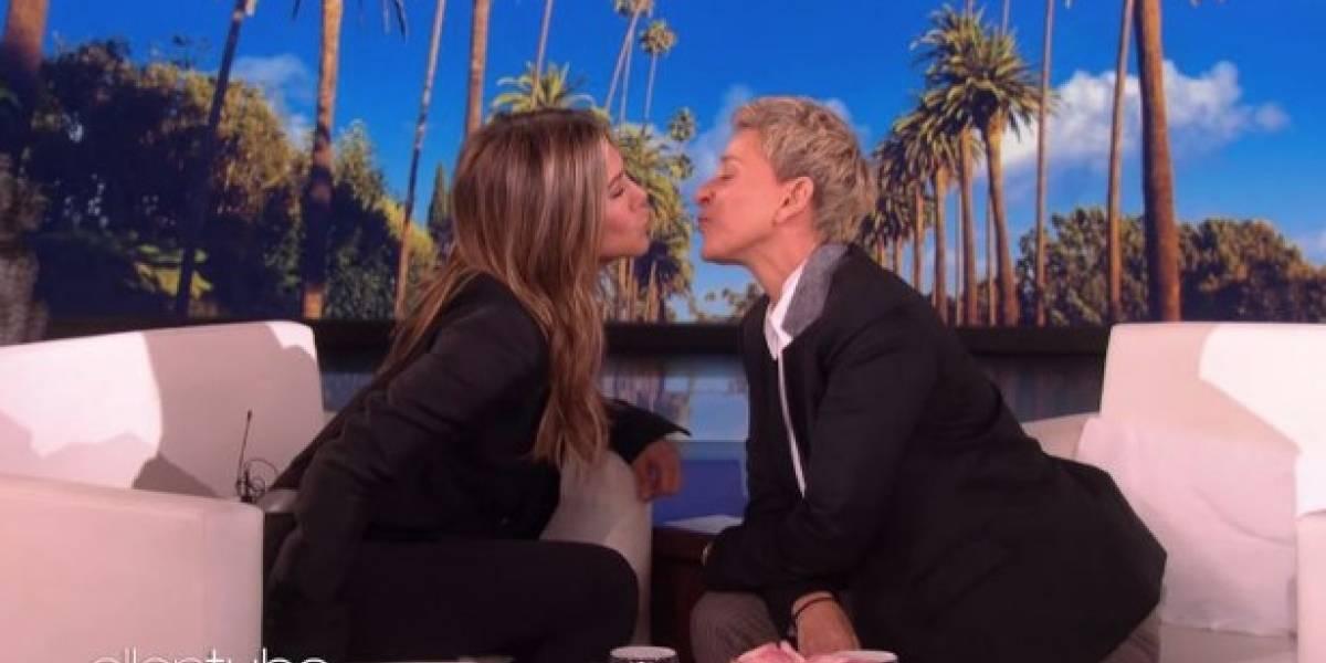 (VIDEO) Jennifer Aniston y Ellen DeGeneres se besaron durante programa en vivo