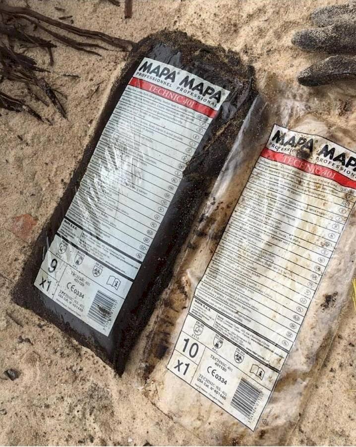 Embalagens encontradas em praia