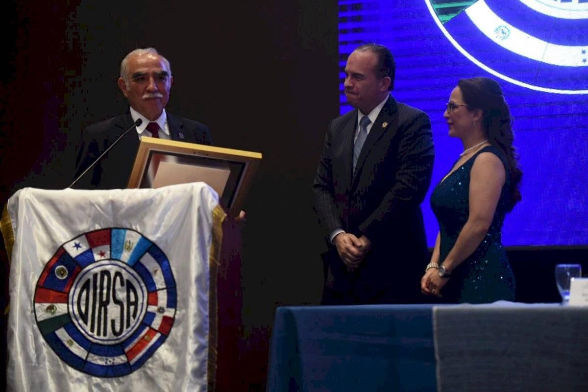 Ministro del MAGA, Mario Méndez Montenegro, recibe un reconocimiento por parte de OIRSA. Oliver de Ros