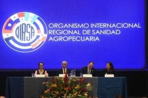Ministro del MAGA, Mario Méndez Montenegro, recibe un reconocimiento por parte de OIRSA.