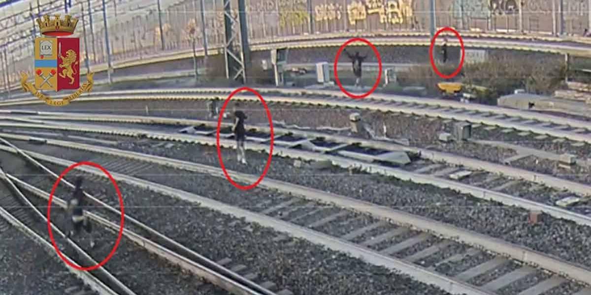 Adolescentes quase são atropelados em desafio de selfie em trilho de trem