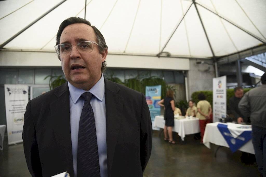 Alfonso Quiñónez, de Cementos Progreso, habla sobre el financiamiento a investigaciones de estudiantes. Foto: Herlindo Zet