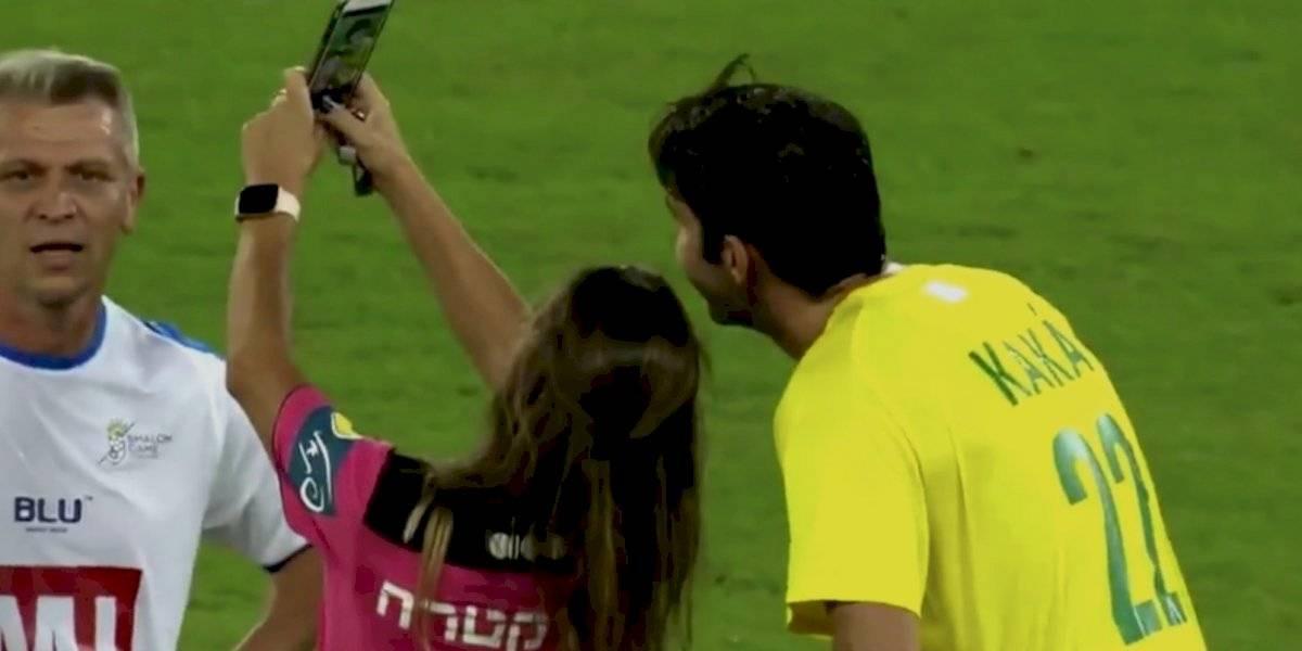 Mujer árbitro amonesta a Kaká y le pide una selfie durante partido