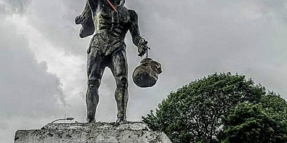 Video: Grupo de manifestantes quitan busto de estatua militar y ponen su cabeza en manos de Caupolicán