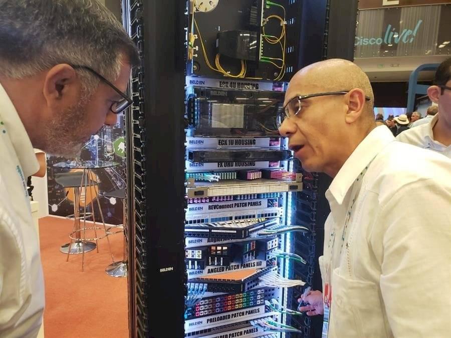 """Visitantes observan este miércoles las tecnologías del """"World of Solutions"""" EFE"""