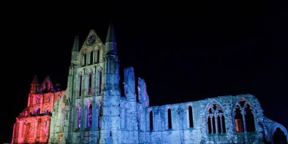 'La casa de Drácula' está iluminada para Halloween