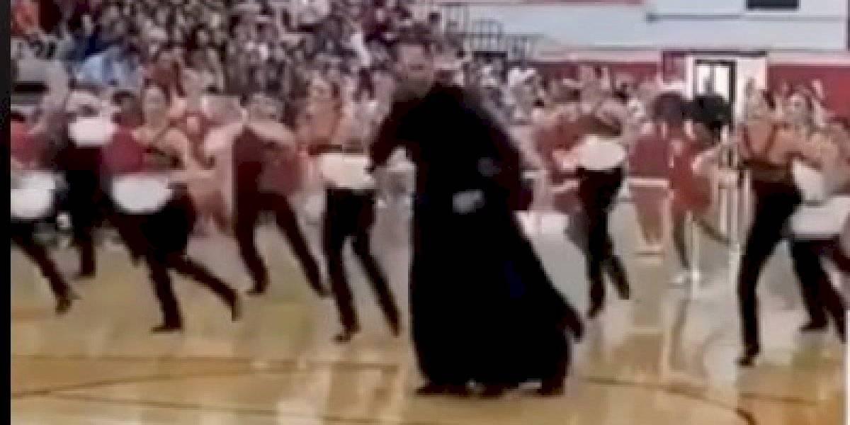 Sacerdote boricua demuestra habilidades bailando con jóvenes porristas