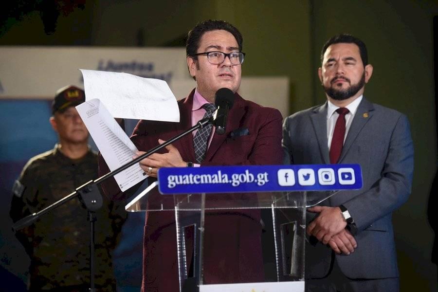 Yury Arana mostró un documento firmado por autoridades de Nahualá y Santa Catarina Ixtahuacán