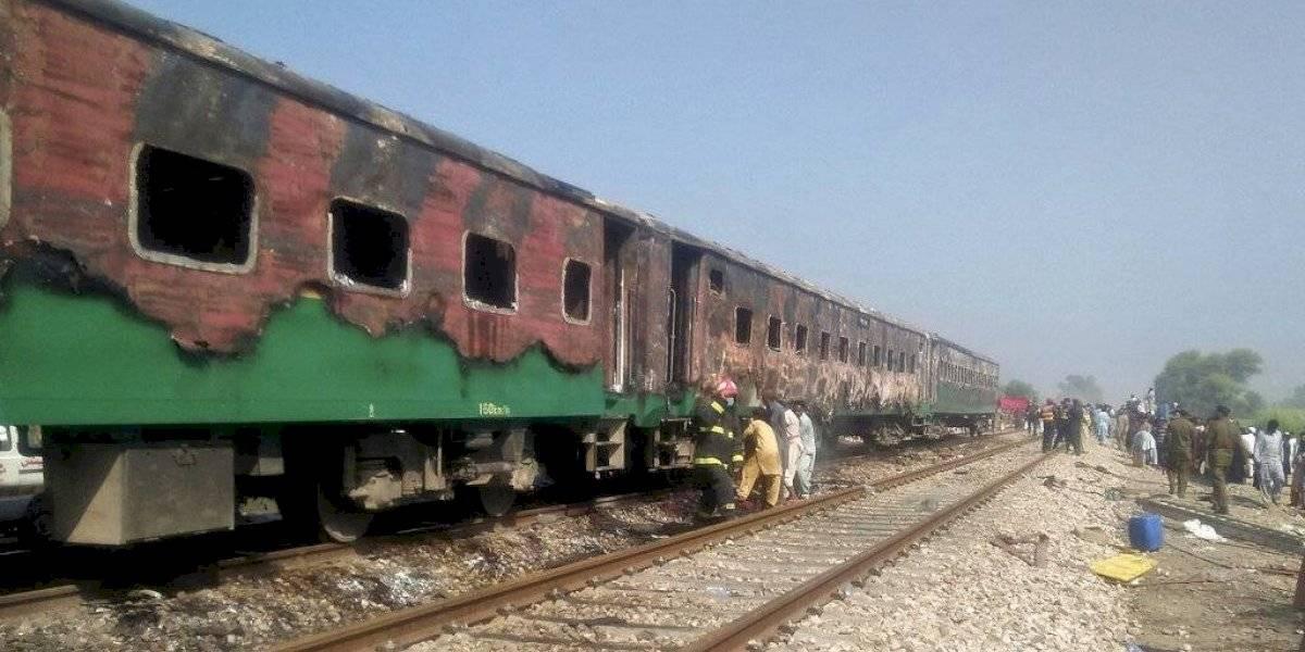 Fallecen 71 personas tras incendio en un tren en Pakistán