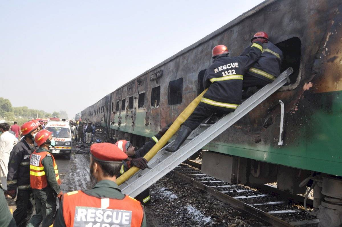 Los pasajeros pobres suelen llevar sus pequeñas cocinas de gas para preparar comida en los trenes, pese a las normas que lo prohíben