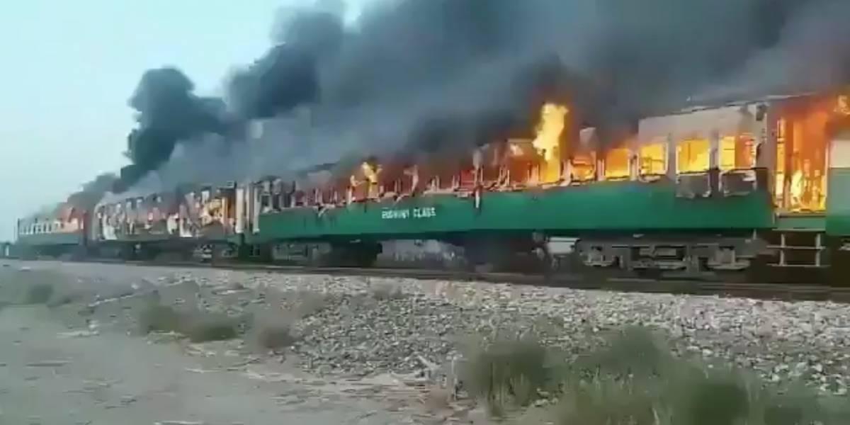 ¡Aumentan a 73 los muertos! Impactantes imágenes de un incendio en tren de Pakistán