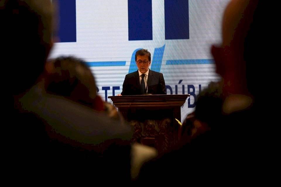 El embajador de EE. UU., Luis Arreaga, dirige un discurso en el MP. Foto: Oliver de Ros