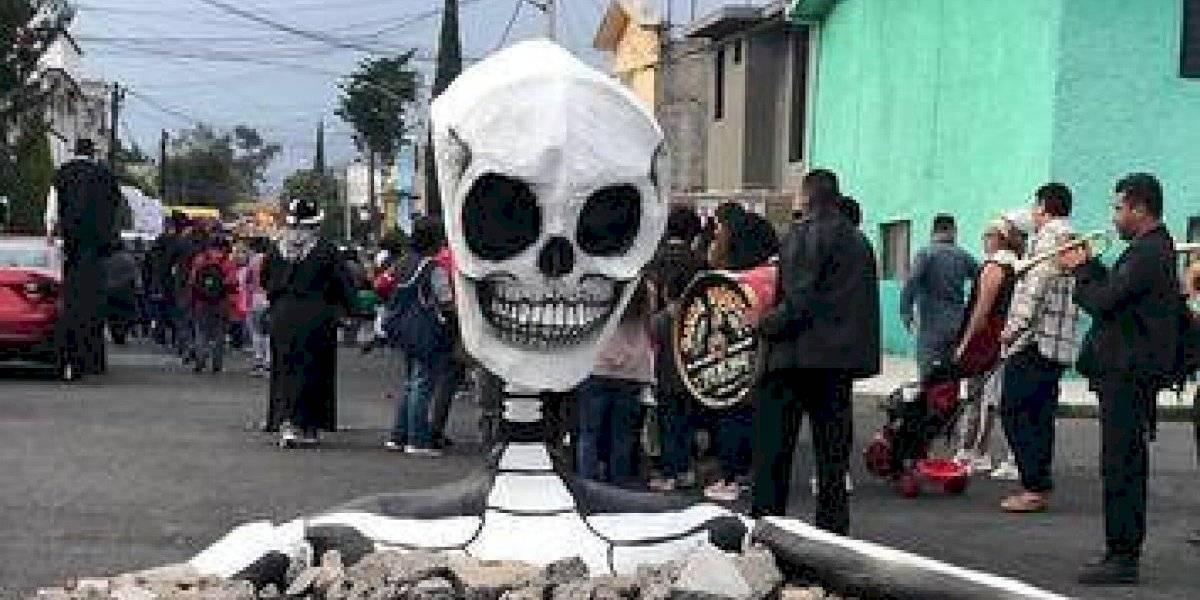 Esqueleto gigante sale del asfalto en México