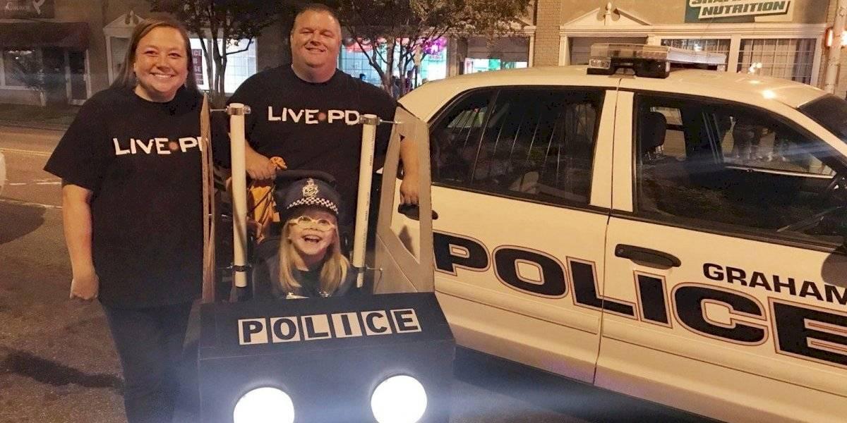 Niña en silla de ruedas elige disfrazarse de policía para Halloween, ¡y su silla es una patrulla!