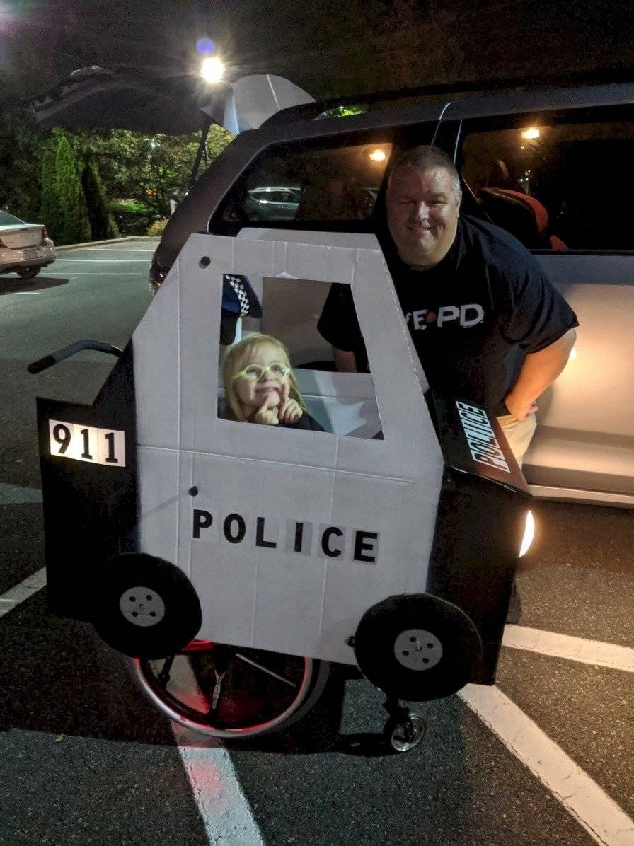 niña policía patrulla Halloween
