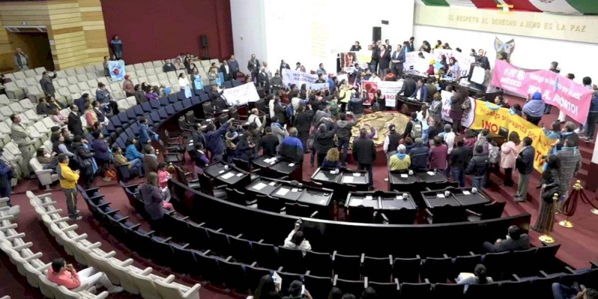 Manifestantes pro vida toman pleno del Congreso de Hidalgo