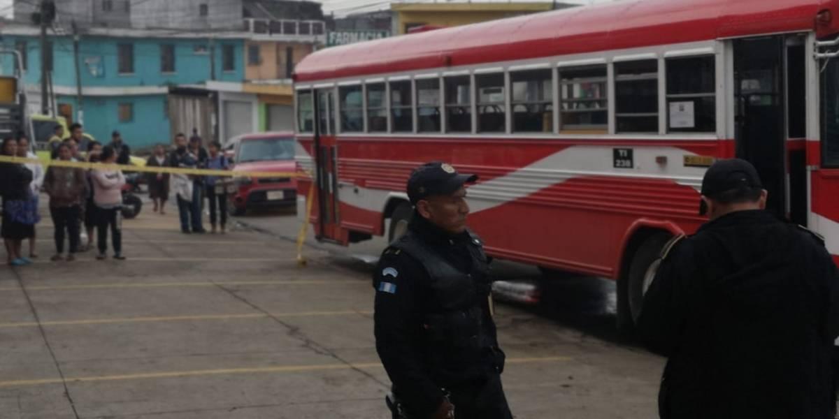 Disparan contra piloto y ayudante de bus en zona 10 de Mixco