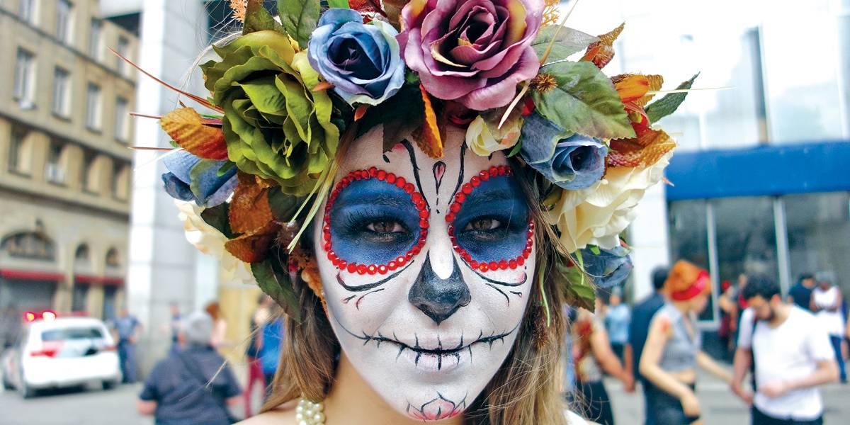 Festa mexicana celebra o luto de forma irreverente em São Paulo