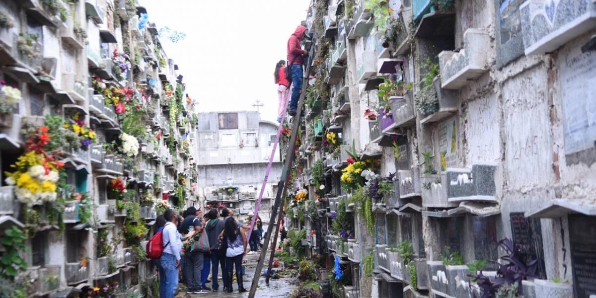 Con visitas a cementerios y coloridos barriletes, guatemaltecos conmemoran el Día de los Santos