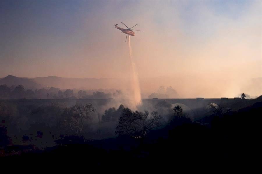 Los bomberos han logrado contener las llamas en un 60% de este siniestro, que ha quemado más 30 hectáreas y destruido 266 estructuras, la mitad son casas EFE