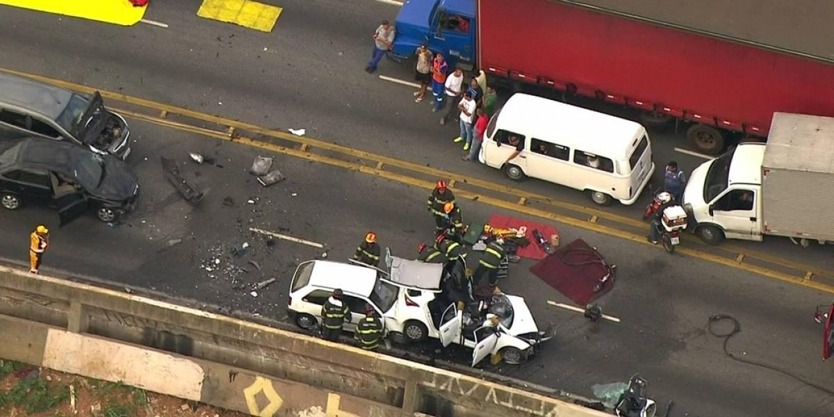 Motorista invade a contramão e bate em 4 veículos no viaduto Alberto Badra