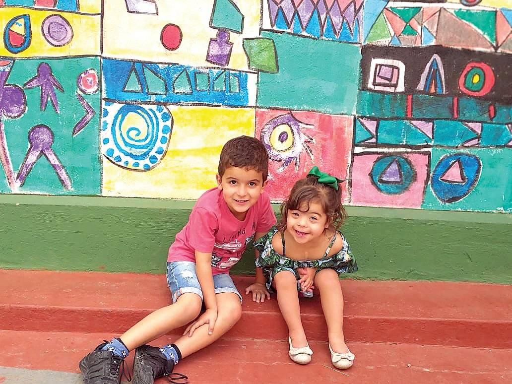 Tiago e Giovanna, filhos da jornalista Camila Castro Alvarenga