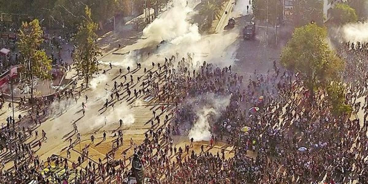 """En feriado también: Carabineros reprime """"La Marcha más grande de todas"""" en Plaza Italia"""