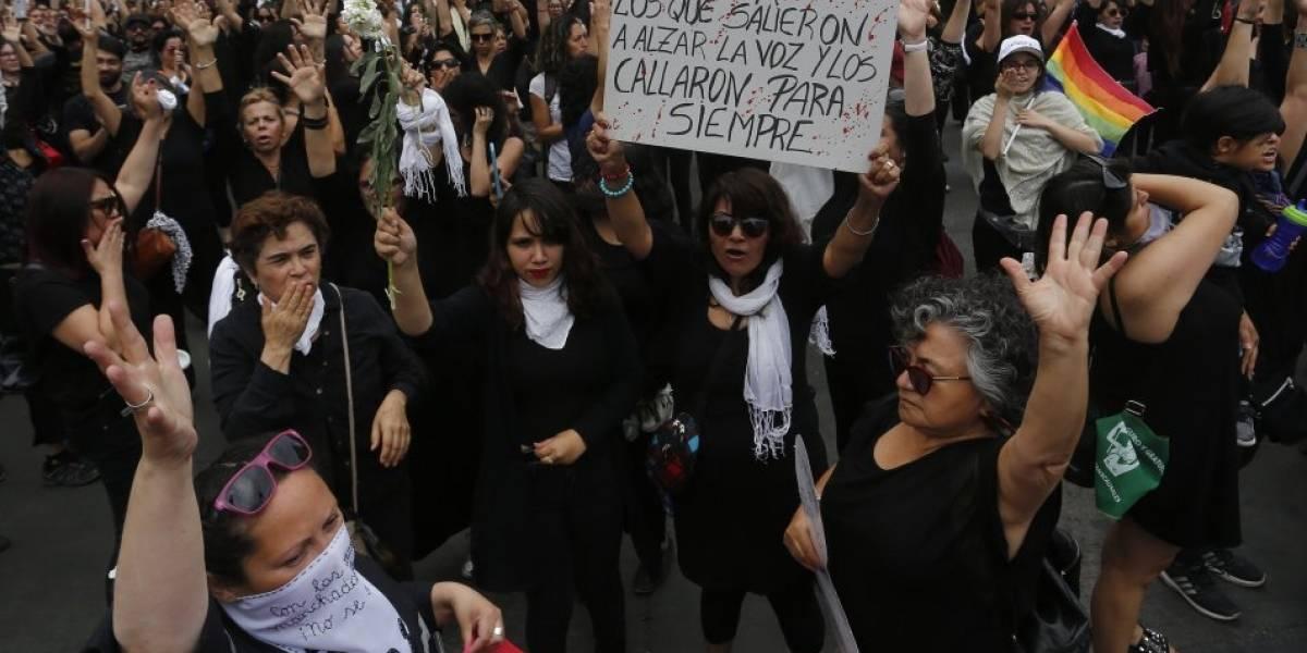 """Mujeres de Luto interpretan emotiva versión de """"El derecho de vivir en paz"""" e interpelan a Carabineros por la represión"""