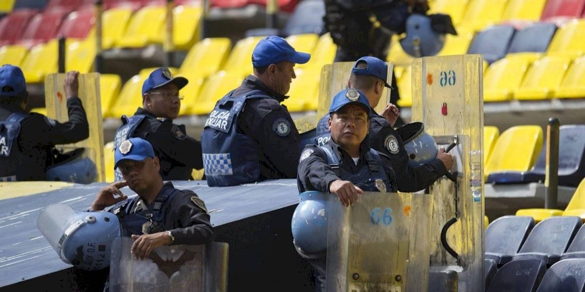 VIDEO: Aficionado y policías protagonizan pelea previo al América vs. Santos