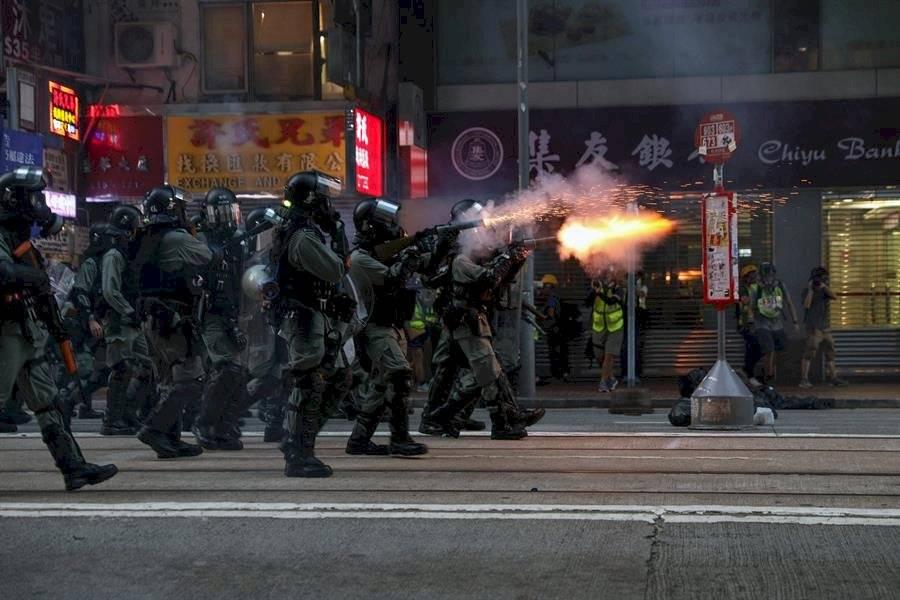 Los elementos policiacos lanzaron gases lacrimógenos EFE
