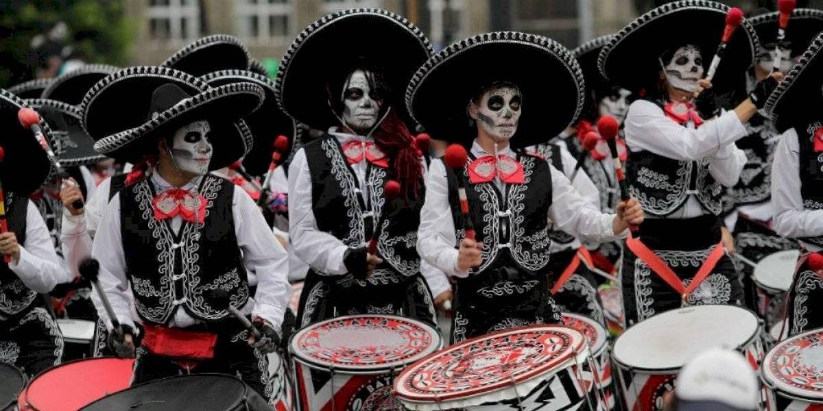 Desfile de Día de Muertos deleita a miles de familias pese a la lluvia