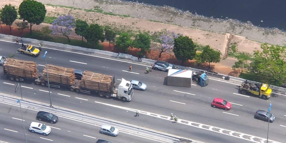 Caminhão tomba na pista expressa da marginal Tietê