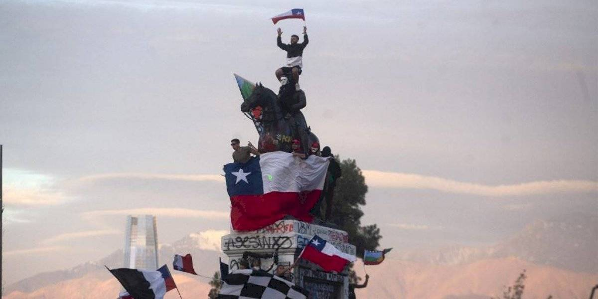 Rage Against The Machine anuncia su retorno con postal de la marcha más grande de Chile