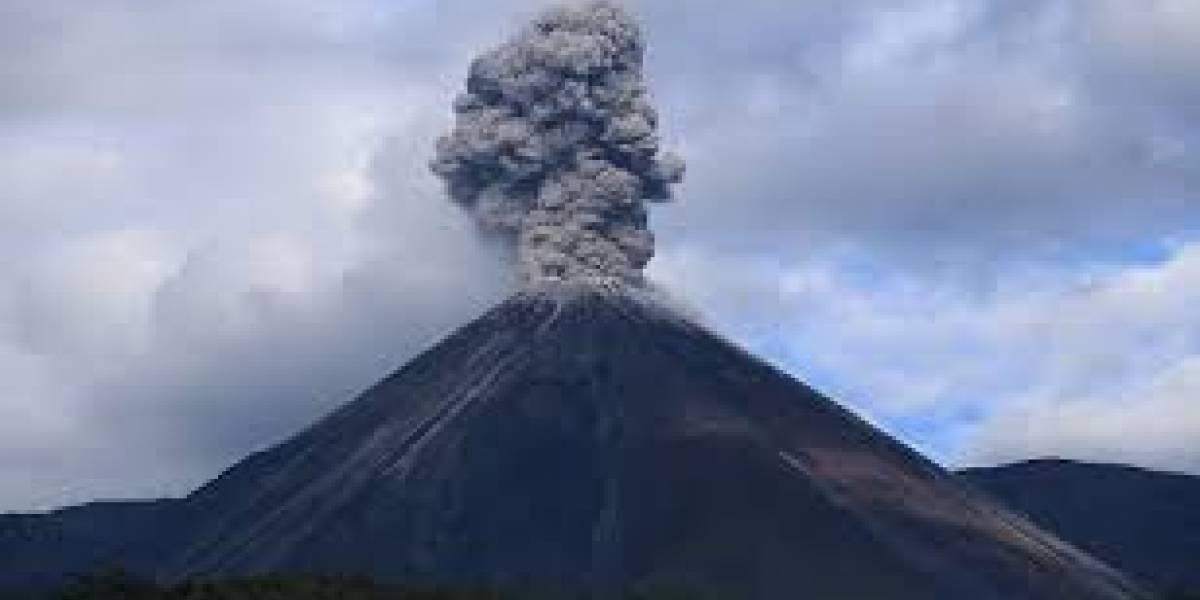 Volcán Reventador emitió columnas de gas de más de mil metros