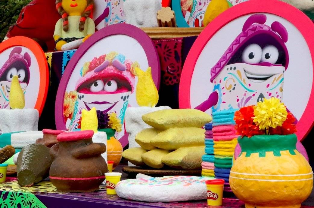 Ofrenda Play Doh ubicada en la Plaza de la Revolución, Ciudad de México
