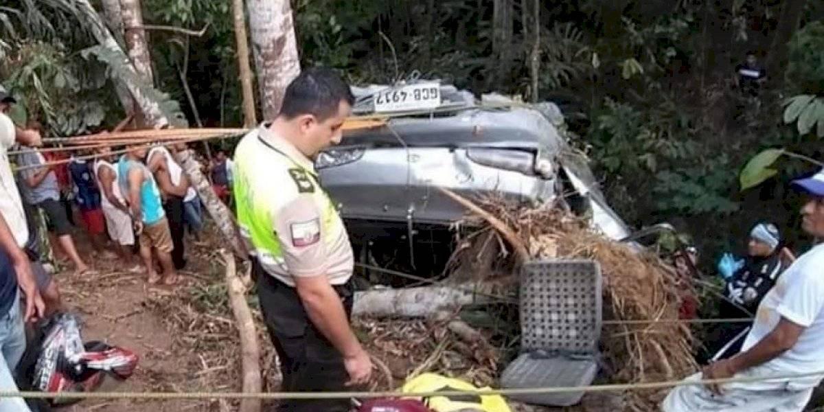 Cinco fallecidos y once heridos al caer una furgoneta a un abismo en Ecuador